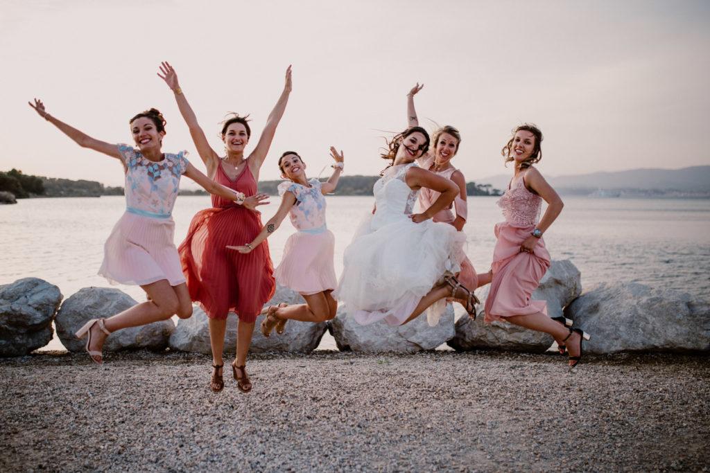 la mariée et ses témoins sautent en l'air pour leur mariage à six-fours-les-plages