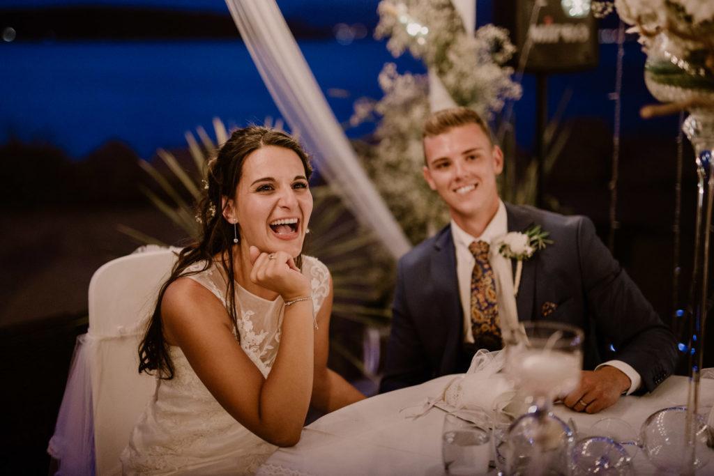 photo de joie de la mariée lors du discours de sa mère pendant son mariage à six-fours-les-plages