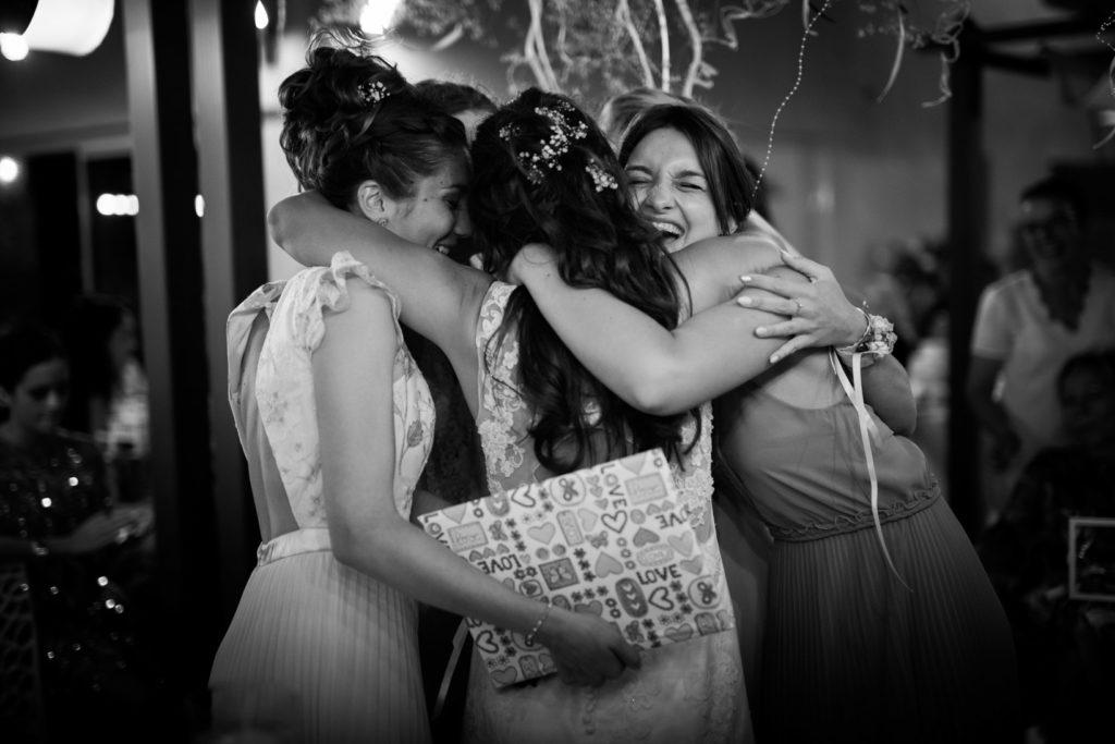 les témoins de la mariée se réunissent pour un gros calin