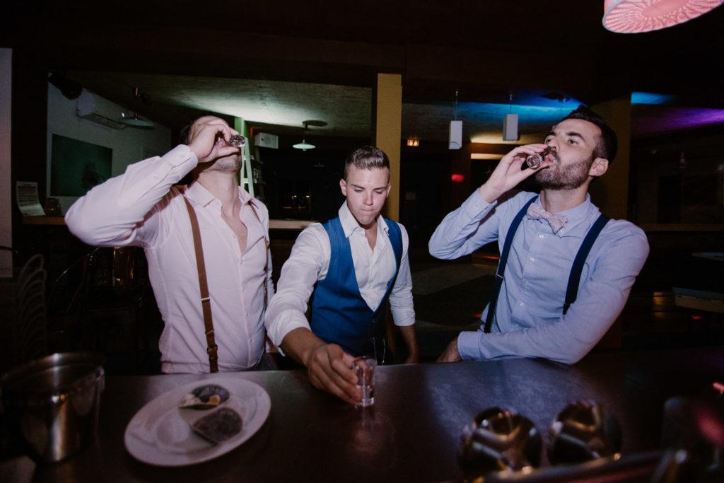 photo de fin soirée le marié boit des shots avec ses témoins