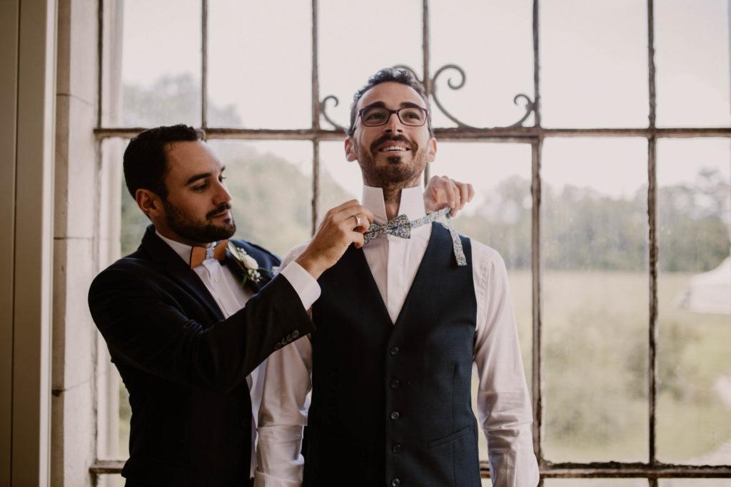 le mariée met son noeud papillon pour son mariage à avignon