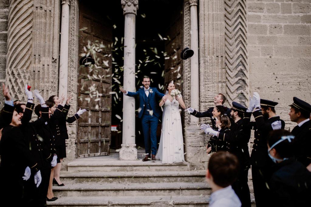 sortie d'église pour les mariés dans le village du thor