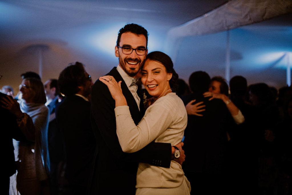 mariés heureux pour leur mariage au thor