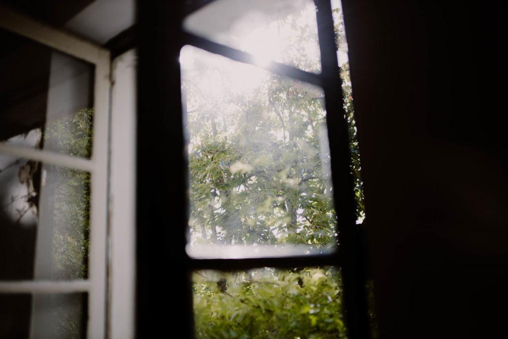 la lumière perce les volets en cette douce matinée de septembre