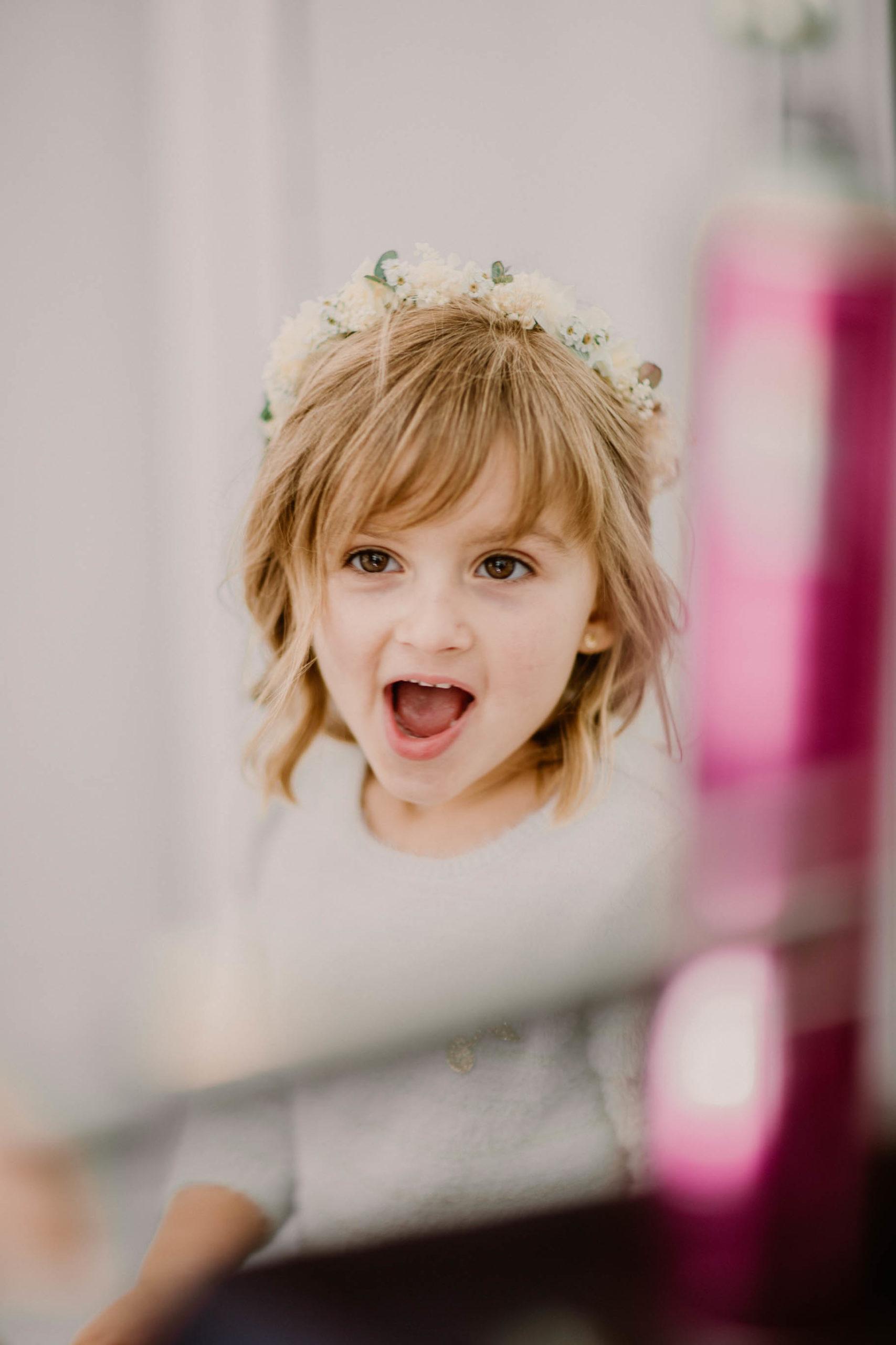 grimace enfant portrait mariage couronne de fleurs