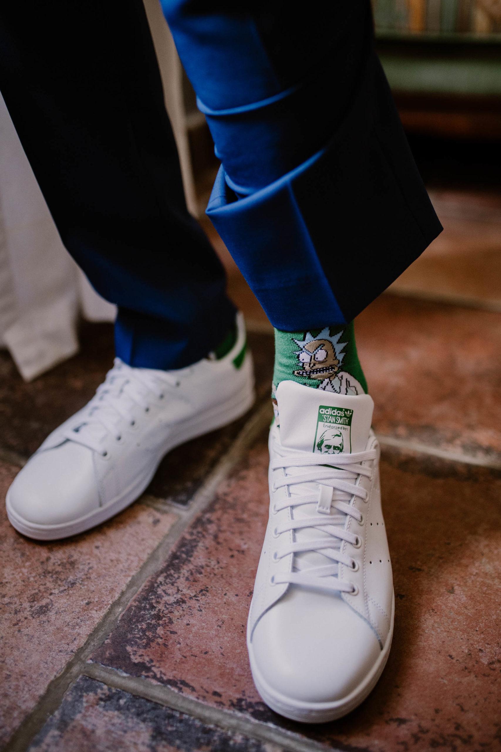 stan smith et chaussettes rick&morty pour un mariage