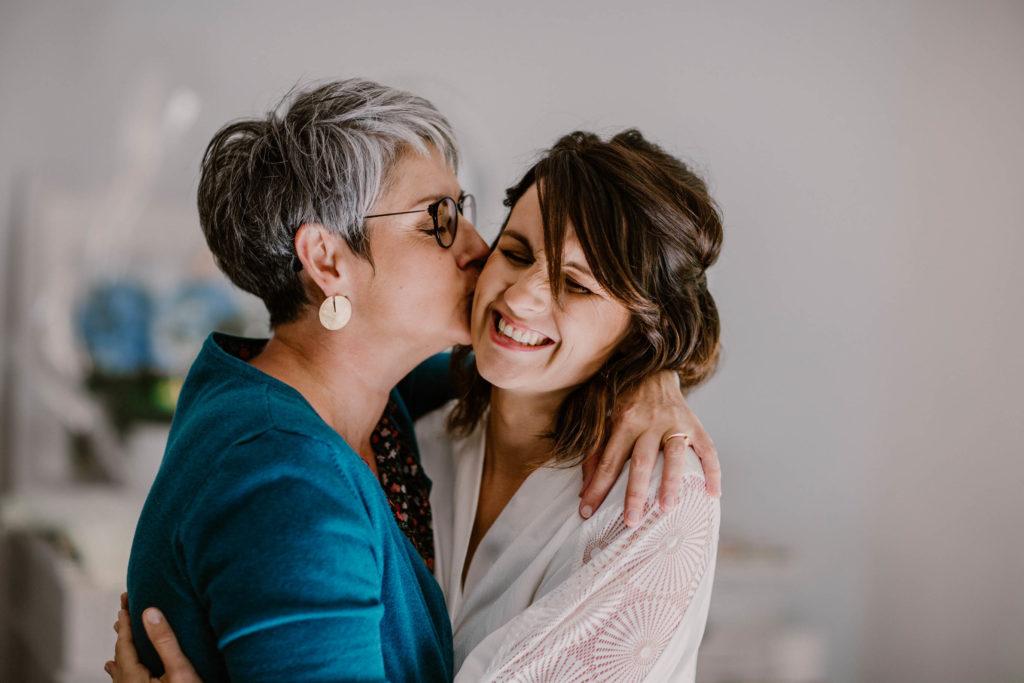 la maman de la mariée embrasse sa fille