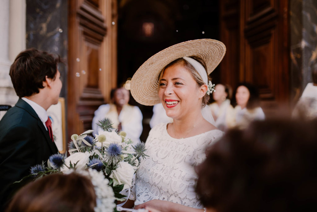 mariée heureuse à la sortie de la Cathédrale Sainte-Réparate à nice