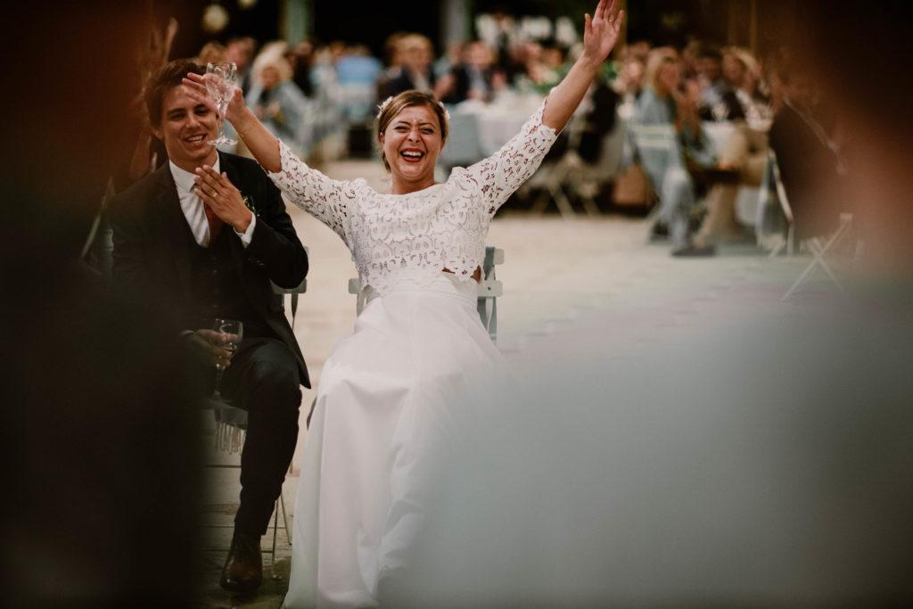 les mariés rigolent pour les discours des témoins
