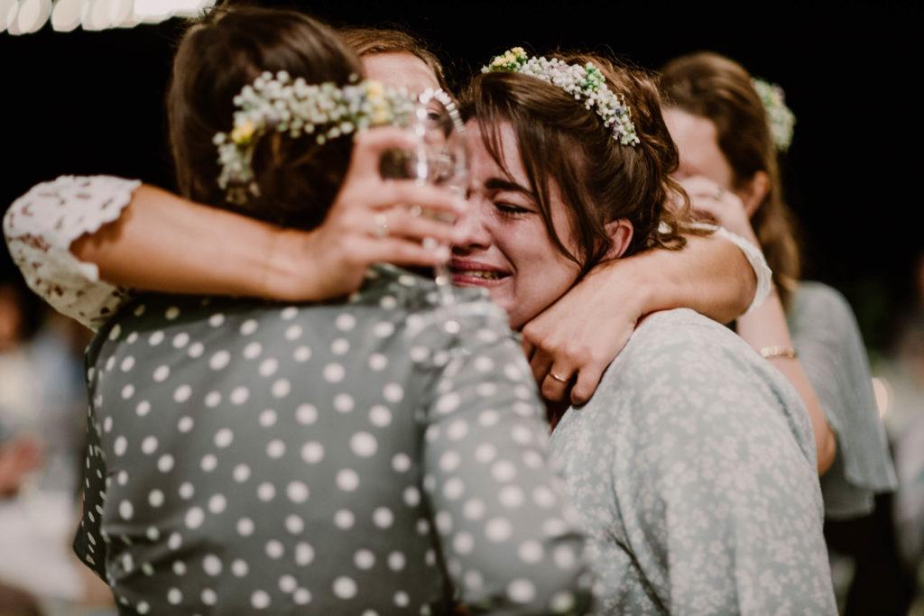 les témoins pleurent avec la mariée