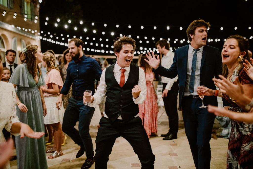 les invités dansent sur la terrasse du domaine du mont leuze