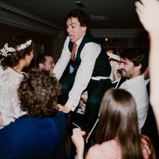 le marié se fait porter lors de son mariage juif au mont leuze