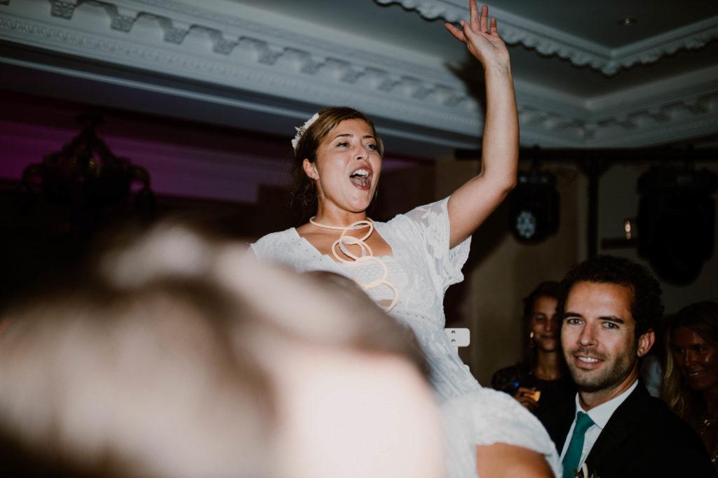 la mariée se fait porter lors de la soirée de son mariage au mont leuze