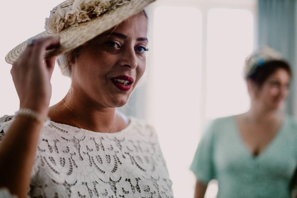 la mariée et son chapeau pour son mariage à nice