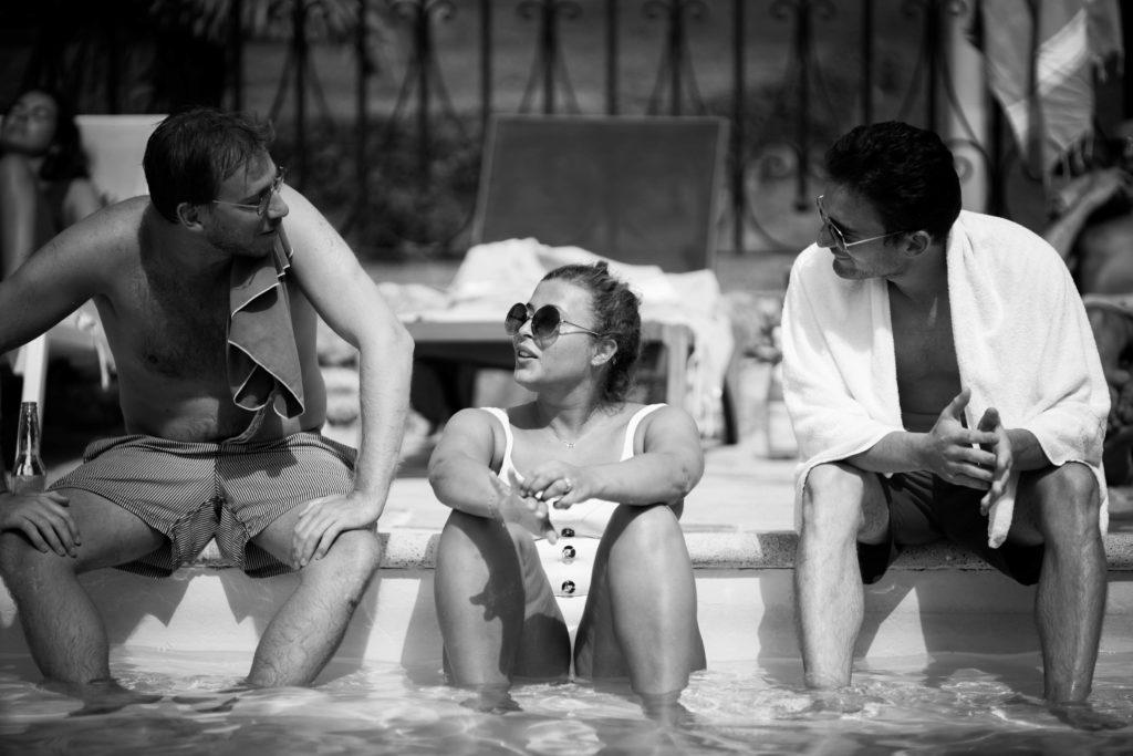 la mariée chill avec ses invités dans la piscine du mont leuze