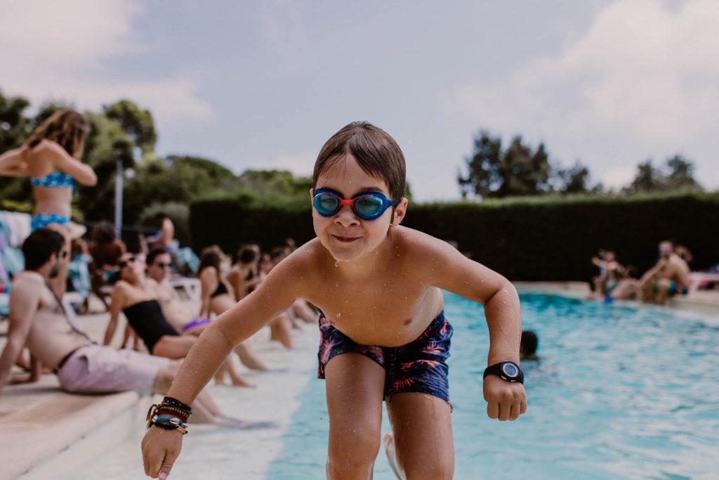un enfant sort de la piscine du mont leuze