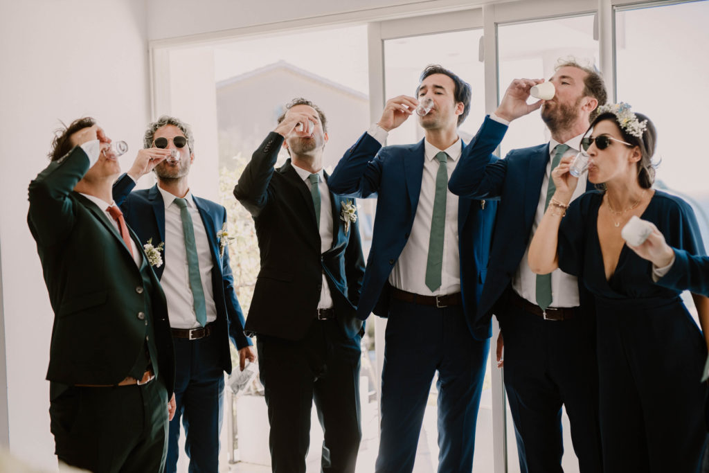 le marié et ses témoins boivent un shot de vodka